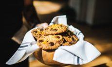 Zelfgebakken koekjes met chocoladeschilfers in een houten kom.