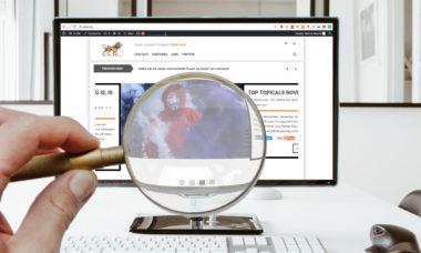 Een internetgebruiker kijkt met een vergrootglas naar de website van VLCM.